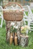 Decorações do casamento no estilo rústico Cerimônia da excursão casamento na natureza Velas em uns frascos decorados fotografia de stock