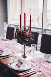 Decorações do casamento Tabela decorada com pano cor-de-rosa fotografia de stock