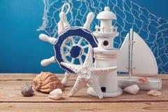 Decorações do estilo de vida marinho na tabela de madeira sobre o fundo azul Foto de Stock Royalty Free