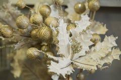 Decorações do feriado para a casa, tema do ouro fotos de stock royalty free