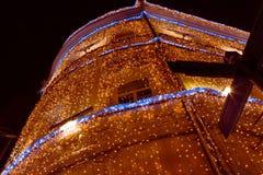 Decorações do feriado que constroem no centro de Moscou Fotografia de Stock Royalty Free