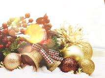 Decorações do Natal aninhadas na neve Fotografia de Stock Royalty Free