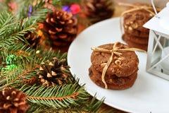 Decorações do Natal - biscoitos da aveia para Santa Claus e ramos de árvores coníferas fotografia de stock royalty free