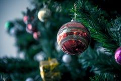 Decorações do Natal, bolas na árvore de Natal Fotos de Stock