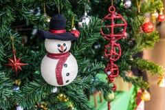 Decorações do Natal, boneco de neve na árvore de Natal Imagens de Stock