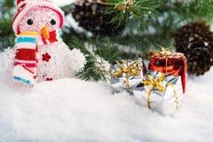 Decorações do Natal com boneco de neve, árvore de Natal, abeto-cone e quinquilharias do Natal fotos de stock