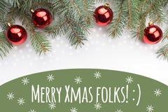 Decorações do Natal com os povos alegres do Xmas do ` do cumprimento! : ` Fotos de Stock Royalty Free
