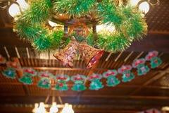 Decorações do Natal com sinos, presentes Brinquedos de ano novo O sino cor-de-rosa decora na árvore de Natal Sinos dourados e ros imagem de stock