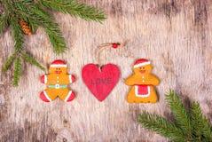 Decorações do Natal com uma árvore de abeto e umas cookies caseiros Homens de pão-de-espécie e mulher do pão-de-espécie Vista sup Imagens de Stock