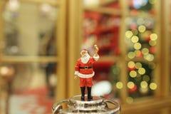 Decorações do Natal de Santa Claus na alameda Imagem de Stock