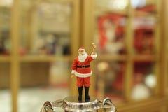 Decorações do Natal de Santa Claus na alameda Imagens de Stock Royalty Free