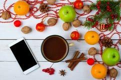 Decorações do Natal e telefone esperto em uma tabela de madeira Imagens de Stock