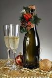 Decorações do Natal e uma garrafa do champanhe fotos de stock