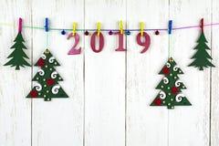 Decorações do Natal em um fundo de madeira branco e em figuras Fotografia de Stock