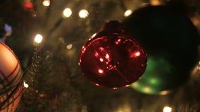 Decorações do Natal em uma árvore verde grande filme