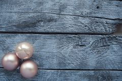 Decorações do Natal em uma tabela de madeira fotografia de stock