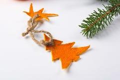 Decorações do Natal feitos à mão da casca da tangerina imagens de stock