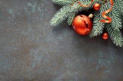 Decorações do Natal: galhos do abeto, bagas e quinquilharias do Natal Fotografia de Stock Royalty Free