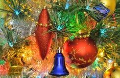 Decorações do Natal na árvore de Natal fotos de stock
