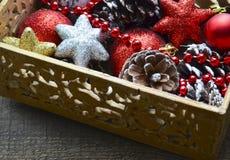 Decorações do Natal na caixa de madeira do vintage como uma preparação para decorar a árvore do xmas Fotografia de Stock