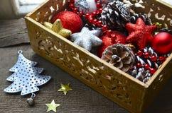Decorações do Natal na caixa de madeira do vintage como uma preparação para decorar a árvore do xmas Foto de Stock Royalty Free