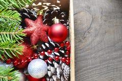 Decorações do Natal na caixa de madeira do vintage como uma preparação para decorar a árvore do xmas Fotografia de Stock Royalty Free