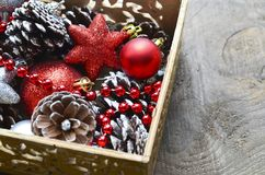 Decorações do Natal na caixa de madeira do vintage como uma preparação para decorar a árvore do xmas Imagem de Stock