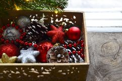 Decorações do Natal na caixa de madeira do vintage como uma preparação para decorar a árvore do xmas Imagem de Stock Royalty Free