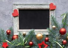 Decorações do Natal na disposição verde e vermelha, lisa com sp do texto Imagens de Stock