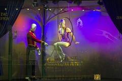 Decorações do Natal na janela da loja de um Galeries parisiense Imagens de Stock