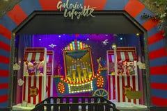 Decorações do Natal na janela da loja de um Galeries parisiense Foto de Stock Royalty Free