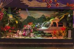 Decorações do Natal na janela da loja de um Printemps parisiense Fotografia de Stock Royalty Free