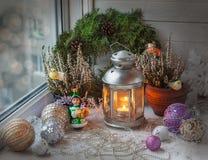 Decorações do Natal na janela na véspera do Natal Fotografia de Stock