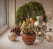 Decorações do Natal na janela na véspera do Natal Fotos de Stock Royalty Free