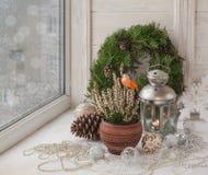 Decorações do Natal na janela na véspera do Natal Fotografia de Stock Royalty Free