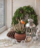 Decorações do Natal na janela na véspera do Natal Imagens de Stock Royalty Free