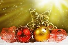 Decorações do Natal na luz iluminada neve Imagem de Stock
