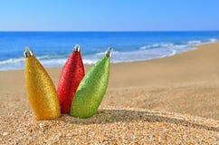 Decorações do Natal na praia imagens de stock