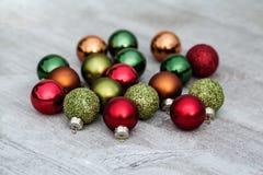Decorações do Natal na tabela de madeira na luz do dia Foto de Stock Royalty Free