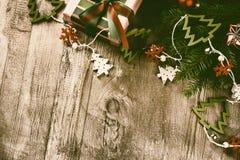 Decorações do Natal no estilo do vintage sobre o fundo de madeira velho Foto de Stock