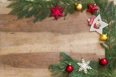 Decorações do Natal no fundo de madeira Fotografia de Stock Royalty Free