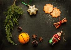 Decorações do Natal no quadro - disposição do fundo Fotos de Stock
