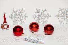 Decorações do Natal no vermelho em um fundo claro imagens de stock