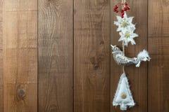 Decorações do Natal do pássaro, estilo nórdico, com bagas Copie termas Fotografia de Stock Royalty Free
