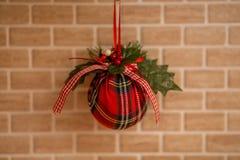 Decorações do Natal para a árvore de Natal em um fundo colorido imagens de stock