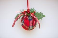 Decorações do Natal para a árvore de Natal em um fundo colorido imagem de stock