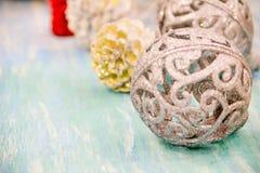 Decorações do Natal para a casa Estilo do vintage o conceito da preparação para os feriados, backgr de madeira gasto da tabela de Imagem de Stock Royalty Free