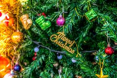 Decorações do Natal, presente, bolas na árvore de Natal foto de stock