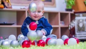 Decorações do Natal que caem em um menino novo filme