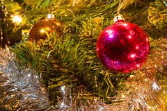Decorações do Natal que penduram em uma árvore de Natal Fotografia de Stock